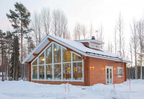 Moderni omakotitalo hirrestä talvella