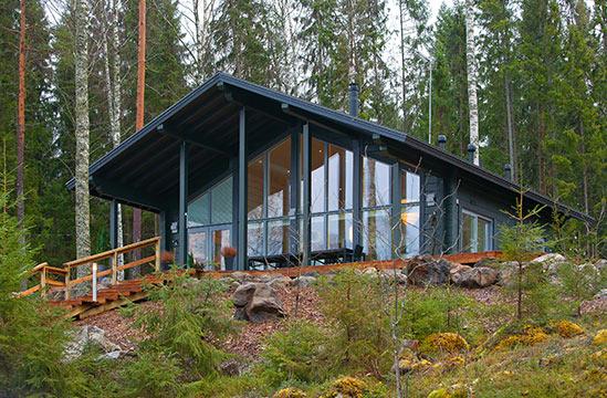 Loma-asunnossa suuret ikkunapinnat toteutetaan pilaripalkkitekniikkalla